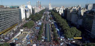 """En la marcha contra el acuerdo con el FMI, la oposición advirtió: """"Los enfrentaremos en las calles y en las urnas"""""""