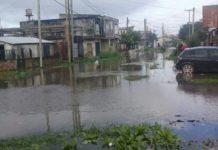 Calles inundadas y barrios anegados por el temporal en Quilmes