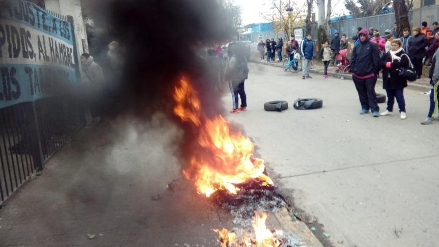 Video: Enojados por los tarifazos, tomaron una sucursal de Edenor en Moreno