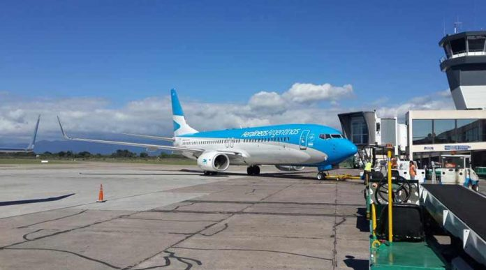 Reducen impuestos a las aerolíneas y podrían bajar los precios de los pasajes