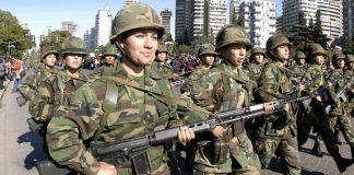 El Gobierno revisará los sueldos de militares luegode que se bajaran del 9 de julio