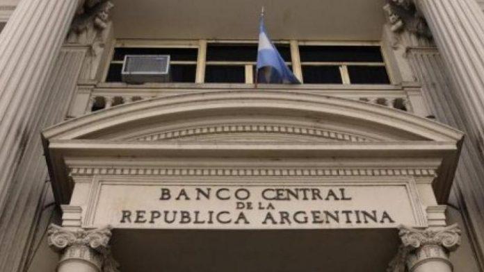 Crisis cambiaria: el Banco Central sube la tasa para contener al dólar